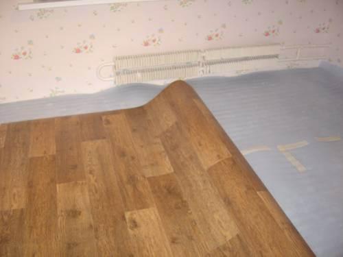 Раскатываем покрытие по полу.