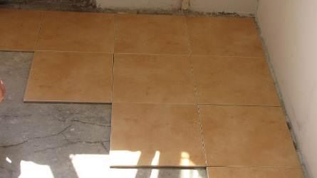 Раскладываем плитку по полу.