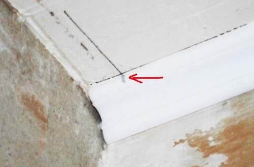 Разметка потолочной галтели для дальнейшей обрезки без помощи стусла