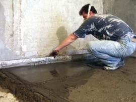 Разравниваем слой бетона.