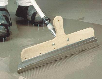 Разравнивать смесь по поверхности нужно при помощи специального длинного шпателя, а перемещаться по ней необходимо в специальной обуви