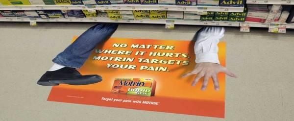 Рекламная наклейка на полу супермаркета