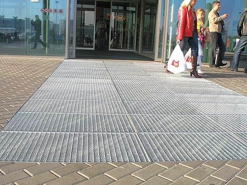 Решетчатый настил на входе в торговый центр