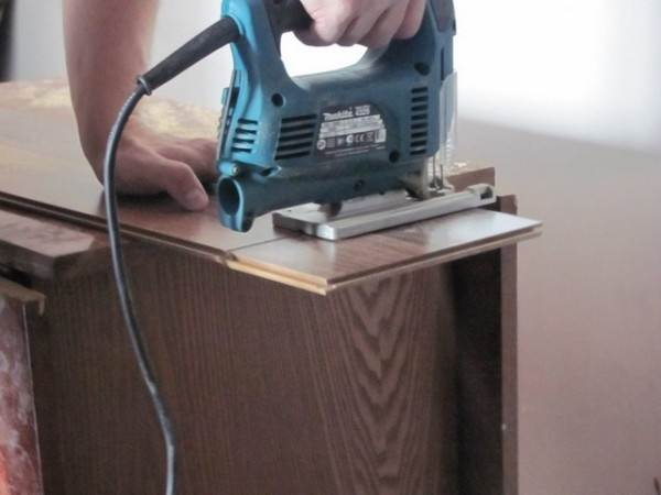 Резка панелей с применением электрического лобзика.