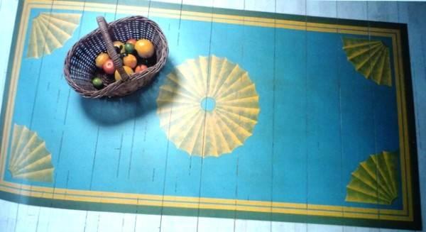 Рисунок на деревянном полу