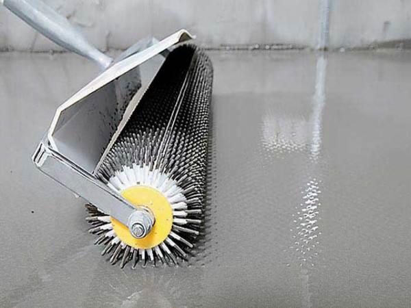 С помощью игольчатого валика из стяжки выгоняют воздух.
