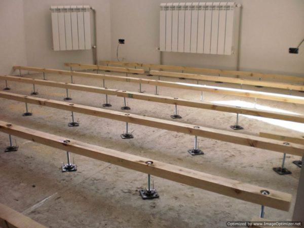 С виду конструкция может показаться хрупкой, но при грамотном монтаже такое основание выдерживает те же нагрузки, что и бетонное покрытие