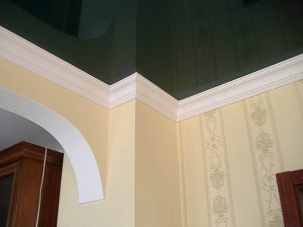 Широкие образцы отлично закрывают стыки подвесного потолка и стен
