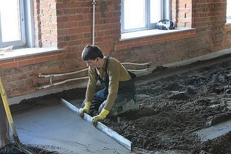 Смесь цемента, песка, воды и гравия – это то, из чего делают стяжку пола чаще всего.