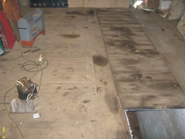 Смотровая яма в деревянном полу