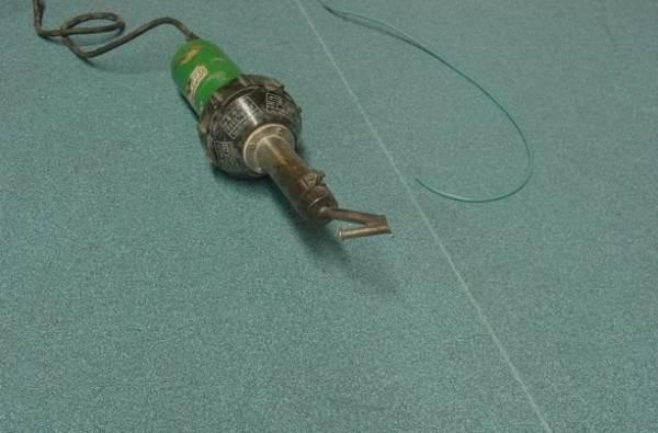 Современный пистолет для склеивания линолеума горячим способом.