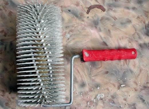 Специальный валик с шипами, предназначенный для удаления воздуха из нанесенной на дерево смеси
