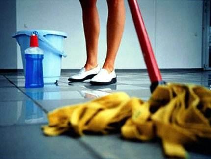 Средство для мытья линолеума в действии