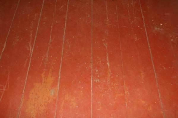 Старый деревянный пол, который подлежит циклевке