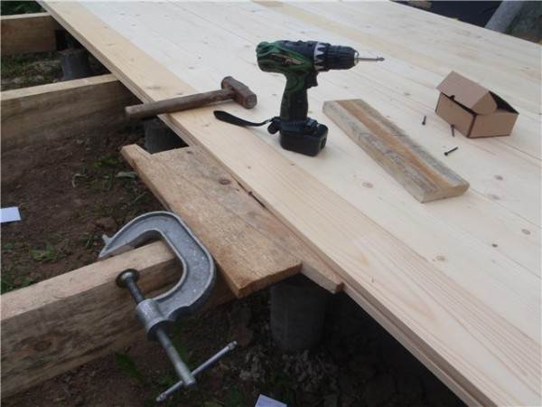 Стягивание досок с помощью струбцины и деревянных колышек