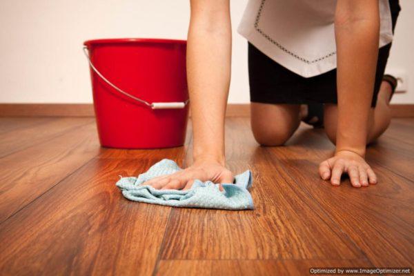 Такой неудобный метод мытья пола отошел далеко в прошлое.
