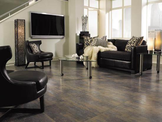 Темно-коричневый ламинат придает интерьеру некую строгость и элегантность.