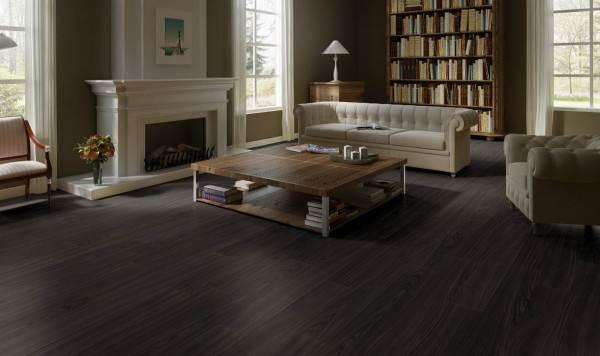 Темный пол из натуральных материалов для оформления гостиной