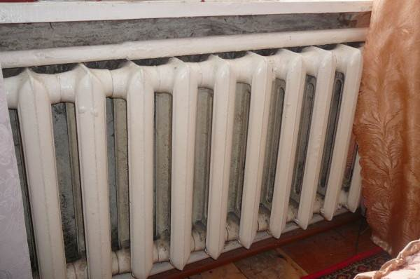 Типичный отопительный прибор в северных регионах имеет теплоотдачу не меньше 2 КВт. В угловых комнатах ставится как минимум два таких прибора.