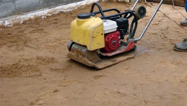 Трамбовка песочной подушки