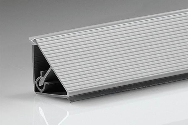 Треугольной формы алюминиевое изделие