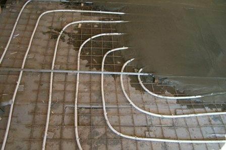 Трубы теплого пола, вмонтированные в цементную стяжку