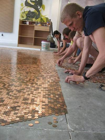 Укладка денег на поверхность пола