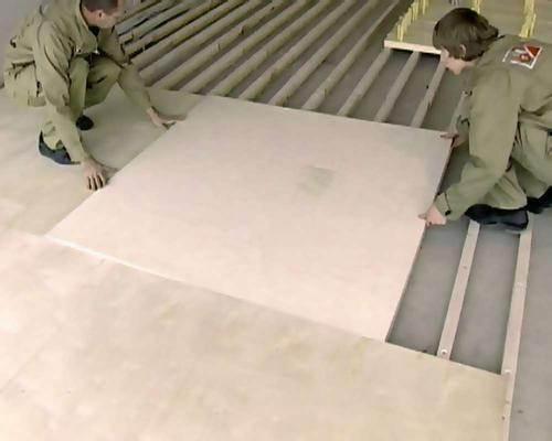 Укладка фанеры под линолеум может производиться прямо на лаги пола.