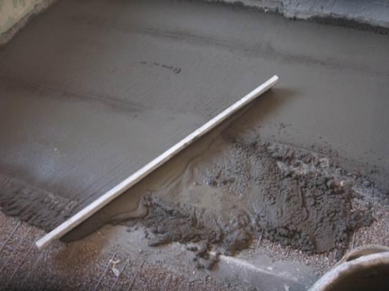Укладка и разравнивание цементной стяжки