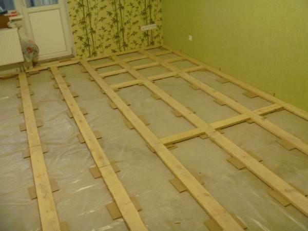 Укладка лаг на подложки в квартире