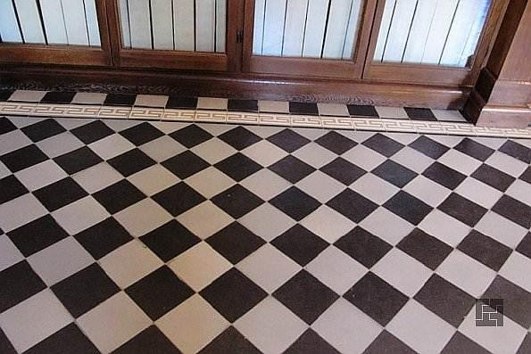 Укладка плитки на пол по диагонали в шахматном порядке