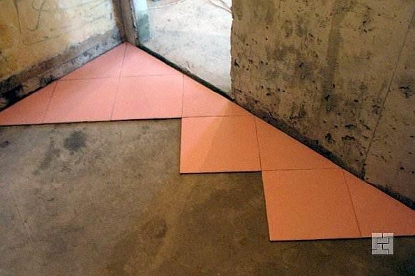 Укладка плитки на пол ромбом – это больший расход материала, но задумка выглядит в итоге весьма эффектно