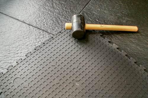 Уложить резиновое покрытие возможно разными способами