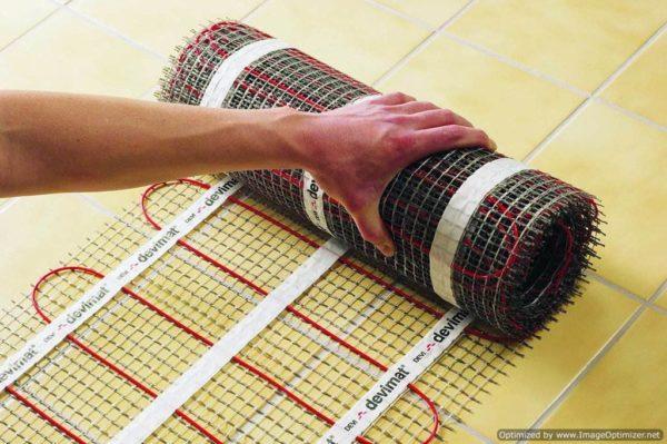 Установка теплых полов на основе электричества с использованием вот таких сеток – наиболее простой способ, на который и стоит ориентироваться