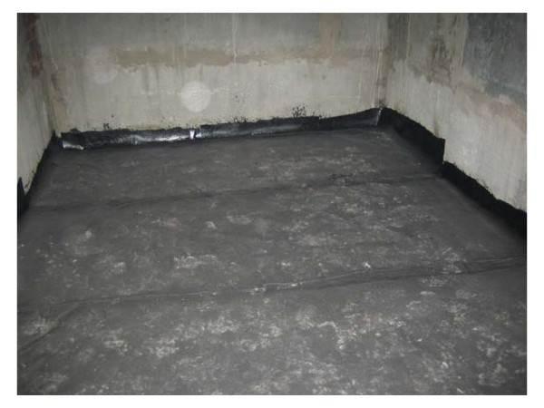 В качестве «герметика» может выступить рубероид, постеленный на бетонный пол (на фото)