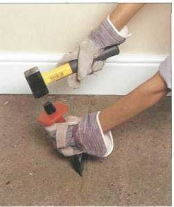 В том случае, если вы будете заливать бетонную стяжку – первым делом устраните все щели и трещины на основании