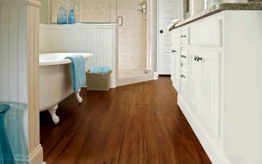 Виниловый водостойкий ламинат просто просится в ванные комнаты