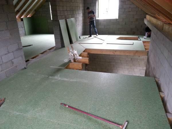 Влагостойкие плиты актуальны для полов второго и третьего этажа, чтобы предотвратить протечки в помещения, расположенные ниже