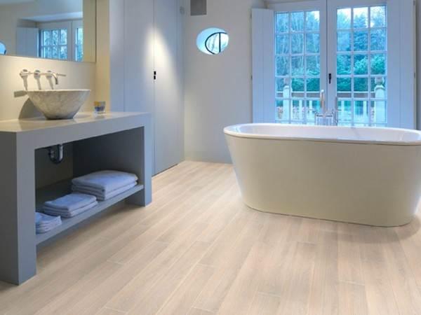 Водоустойчивый ламинат подходит для укладки в ванной комнате
