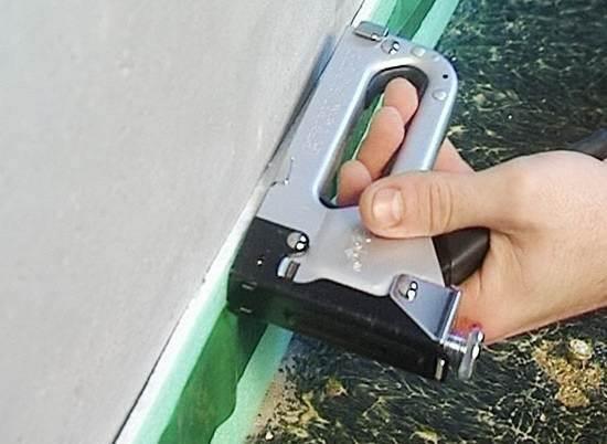 Возможна фиксация с помощью строительного степлера