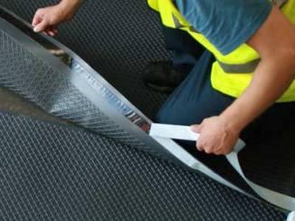 Все стыки полотнищ гидроизолятора нужно герметизировать.