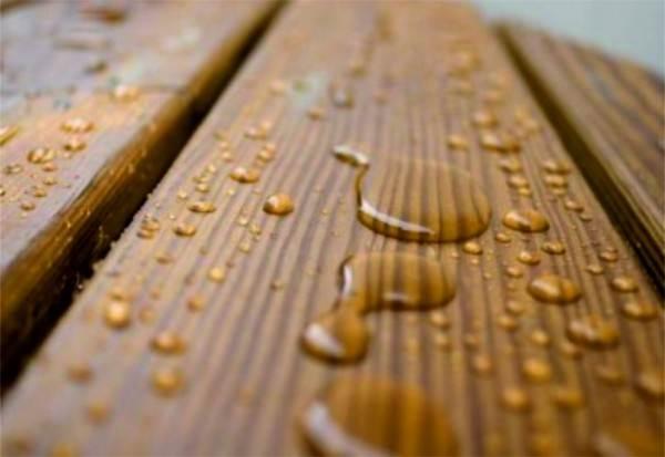 Вследствие обработки специальными составами материал становится влагоневосприимчивым.