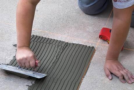 Вы можете произвести разметку помещения, если используются крупные плитки, так проще будет наносить клей