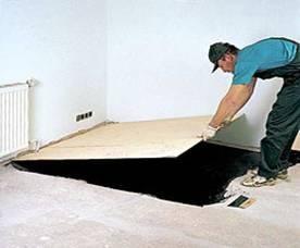 Выравниваем бетонное основание фанерными листами.