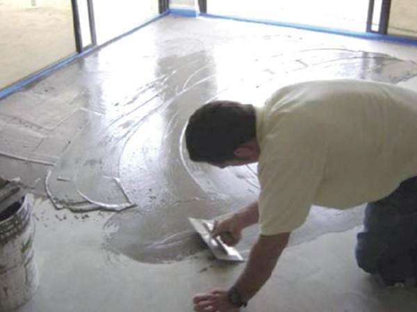 Выравниваем бетонное основание стяжкой.