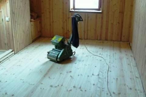Выравниваем деревянный пол.