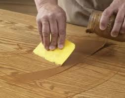 вытирание деревянной поверхности резиновым шмателем