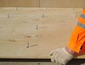 Выравнивание фанерой – один из самых распространённых способов, тут даже не важно качество самой фанеры – подойдёт даже 4-ая категория – важны будут толщина и идеально горизонтальная поверхность