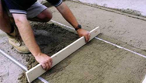 Выравнивание цементной стяжки по маякам