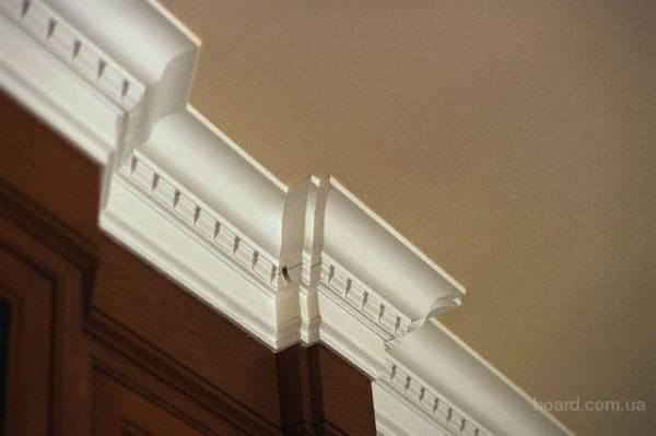 Высокие потолки, высокий фриз.